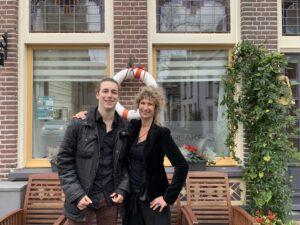 gastvrouw Xandra en zoon Klaas